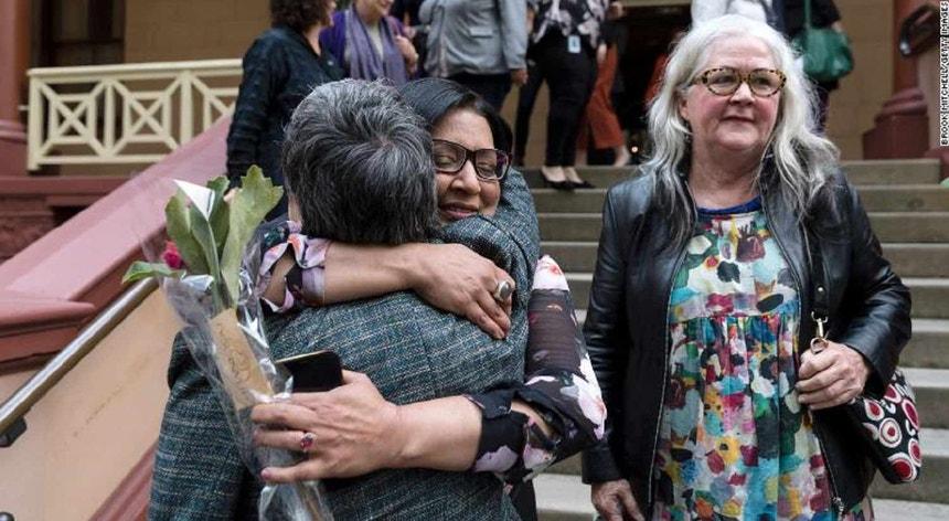 A deputada Jenny Leong e Mehreen Faruqi abraçam-se do lado de fora do Parlamento do Estado da Nova Gales do Sul após a aprovação do projeto de descriminalização do aborto nesta quinta-feira, 26 de setembro de 2019.