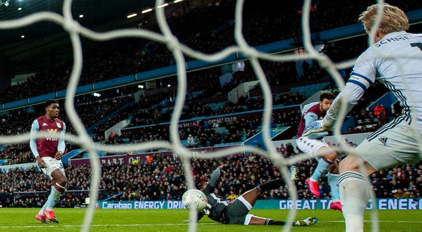 Trezeguet , à esquerda na foto, marcou o golo da vitória do Aston Villa