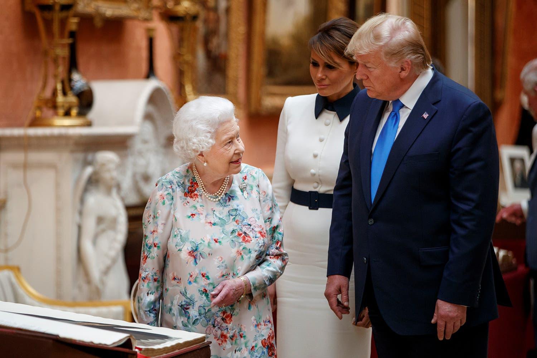 Durante a visita à residência real, a Rainha Isabel II mostrou a coleção real ao Presidente norte-americano /Ian Vogler - Reuters