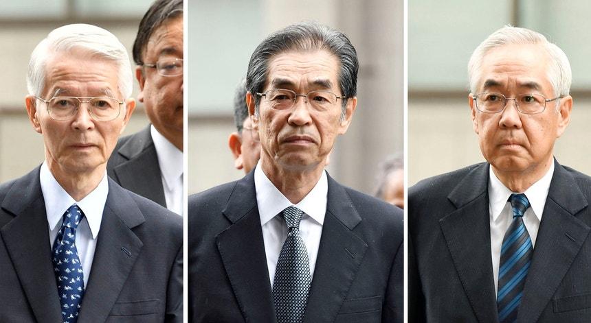 Da esquerda para a direita:  Tsunehisa Katsumata, antigo presidente da Tepco, Ichiro Takekuro e Sakae Muto, ex-vice-presidentes da empresa distribuidora de energia Tepco