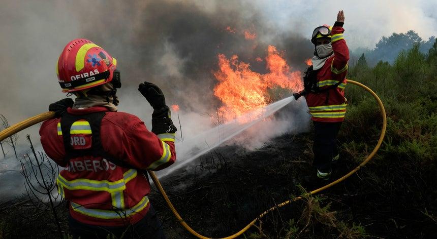 Resultado de imagem para Mais de 400 bombeiros respondem a reacendimento em Tábua