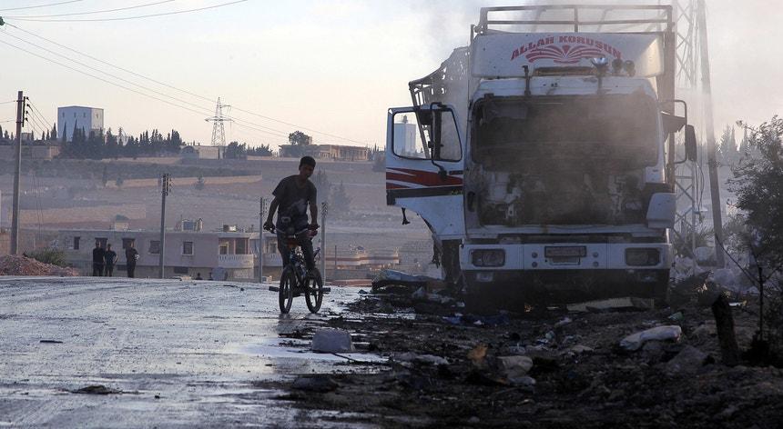 Pelo menos 18 dos 31 camiões, que transportavam roupas, medicamentos e alimentos, foram destruídos