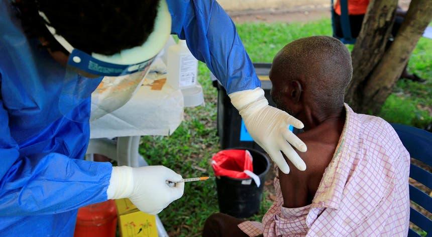 Um funcionário dos serviços sanitários do Uganda, administra a vacina contra o Ébola a um cidadão da fronteira com a República Democrática do Congo, por suspeitas de contágio