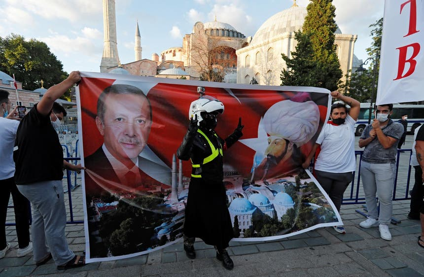 O Presidente turco Tayyip Erdogan equiparado ao sultão otomano Mehmed II, num cartaz frente a Hagia Sophia, agosto de 2020 Foto: Reuters