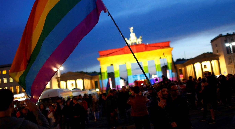 Resultado de imagem para Parlamento alemão aprova casamento homossexual com voto contra de Angela Merke
