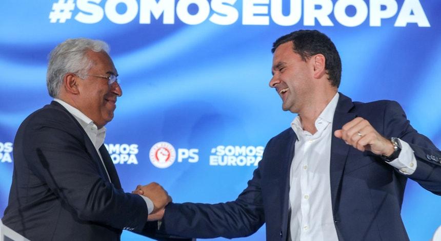 """António Costa, secretário-geral do PS, agradeceu aos portugueses a votação """"expressiva, clara e inequívoca"""" no partido"""