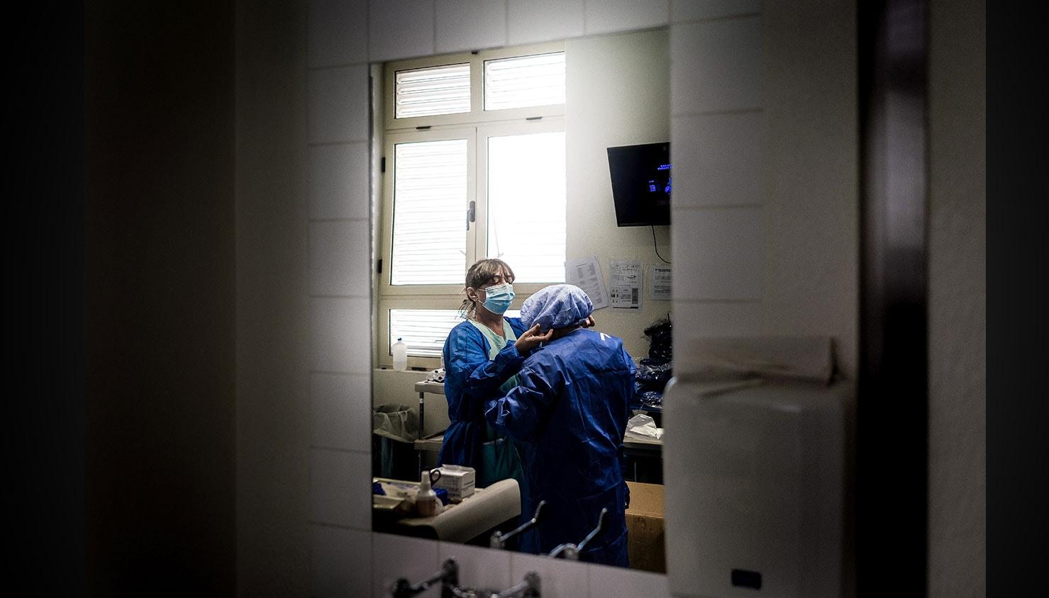 Enfermeiras equipam-se na área reservada para doentes Covid-19. / Mário Cruz - Lusa