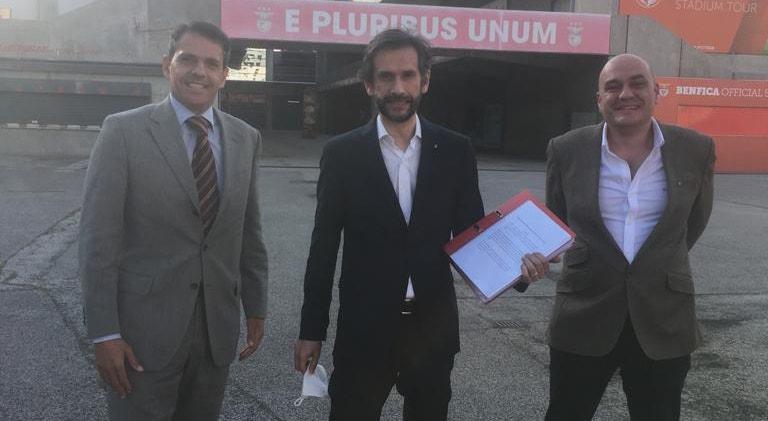 Os principais promotores da iniciativa entregaram as assinaturas para a realização da assembleia geral