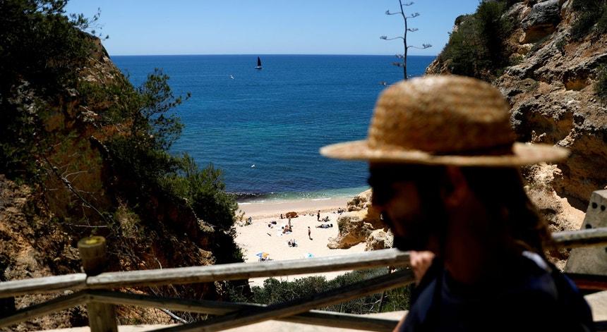 Há menos portugueses a admitirem fazer férias fora do local de residência habitual por comparação a maio, um possível reflexo do agravamento da situação pandémica no país nas últimas semanas.