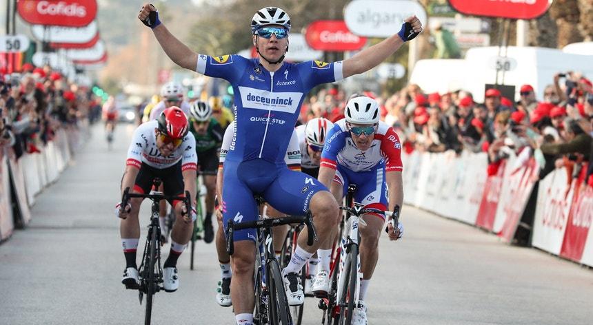 """Fábio Jakobsen, ao centro na foto, é um dos ciclistas mais rápidos a integrar o pelotão da """"Algarvia"""""""