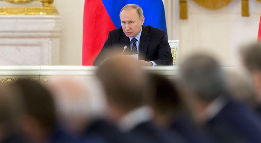 Presidente russo congratulou Emmanuel Macron pela vitória nas presidenciais francesas