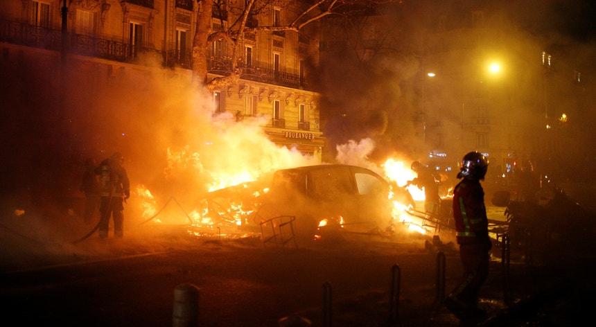 Ao anoitecer havia notícia de mais de 260 detidos na capital francesa