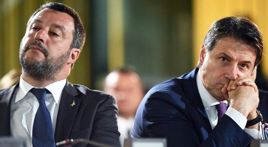 Salvini, à esquerda, com o primeiro-ministro agora demissionário Giuseppe Conte