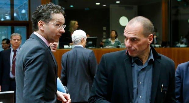 Jeroen Dijsselbloem (à esq.) e Yannis Varoufakis