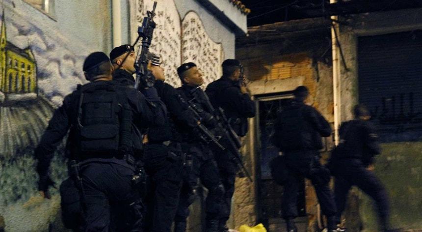 O forte contingente policial assustou os moradores nop Complexo do Alemão