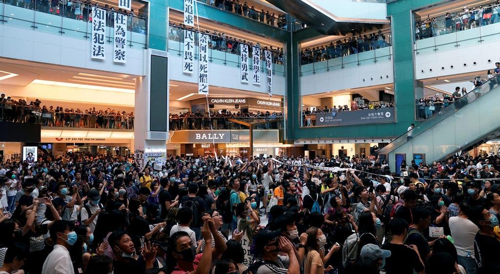 Centro comercial cheio em Hong Kong