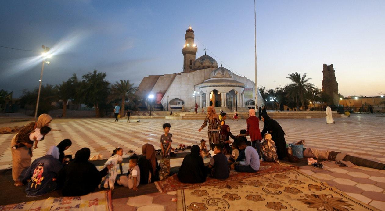 Iraque. Após o pôr do sol, a refeição é servida. O picnique é feito em frentre à Mesquita Ali´s Step, a primeira construída em Basra | Essam al-Sudani - Reuters