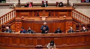 """Covid-19. Costa admite fechar escolas """"se estirpe inglesa for dominante"""" em Portugal"""