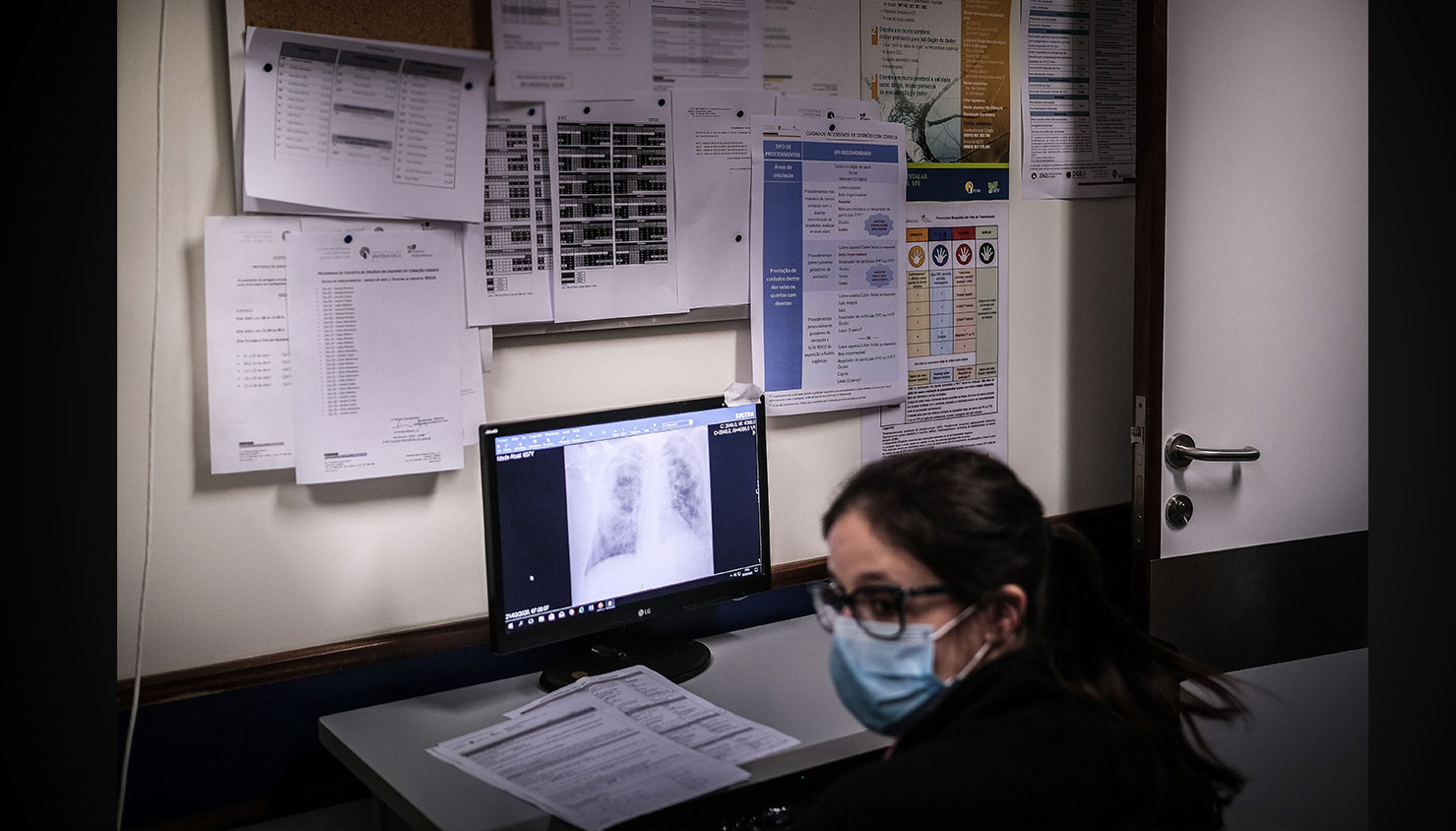 Uma médica observa um raio-x de um doente que se encontra na Unidade de cuidados intensivos. / Mário Cruz - Lusa