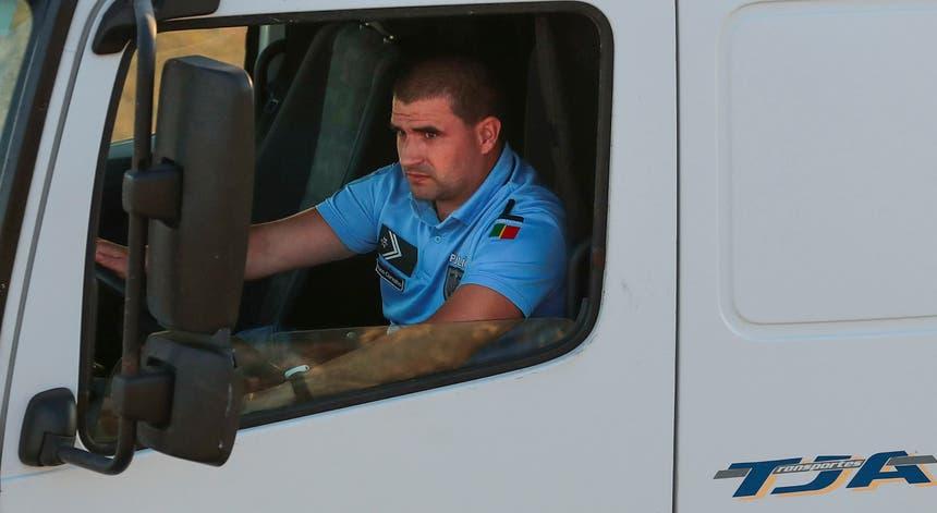 Militares e polícias já conduzem camiões