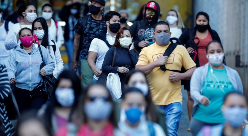 Os brasileiros continuam a viver sob a terrível ameaça da pandemia