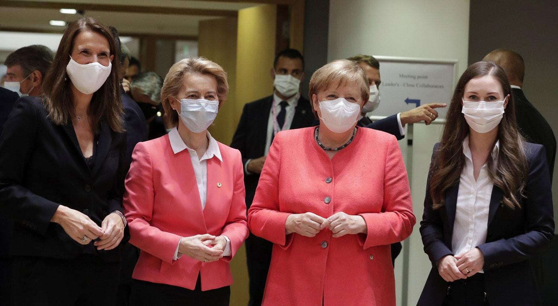 Primeira-ministra belga, Sophie Wilmes, acompanhada pela presidente da Comissão Europeia, Ursula von der Leyen, a chanceler alemã Angela Merkel e à direita a primeira-ministra finlandesa, Sanna Marin | Stephanie Lecocq - Reuters