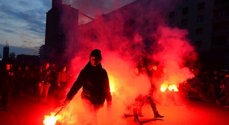 Protestos de extrema-direita e de antifascistas varrem Itália