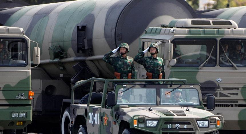 Fotografia de arquivo, 1 de outubro de 2009, no 60º aniversário da fundação da República Popular da China. Soldados do Exército de Libertação do Povo desfilam ao lado de mísseis com capacidade nuclear.