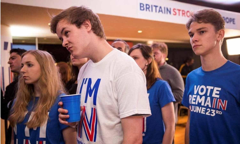 """Os apoiantes da Campanha """"Stronger In"""" reagem após saber o resultado de Orkney no referendo da UE no Royal Festival Hall, em Londres, Inglaterra, 24  junho 2016. REUTERS/Rob Stothard/Pool"""