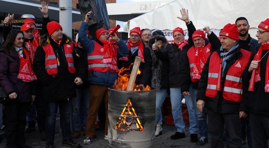 O acordo foi assinado em Estugarda após uma série de greves de 24 horas e um ciclo de duras negociações entre o IG Metall e a Südwestmetall, uma associação patronal do sudoeste da Alemanha