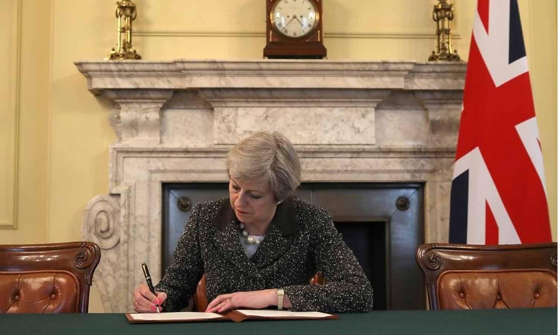 Theresa May assina a carta oficial ao Presidente do Conselho Europeu Donald Tusk invocando o Artigo 50, com a intenção do Reino Unido deixar a UE em 28 de Março de 2017. REUTERS/Christopher Furlong/Pool