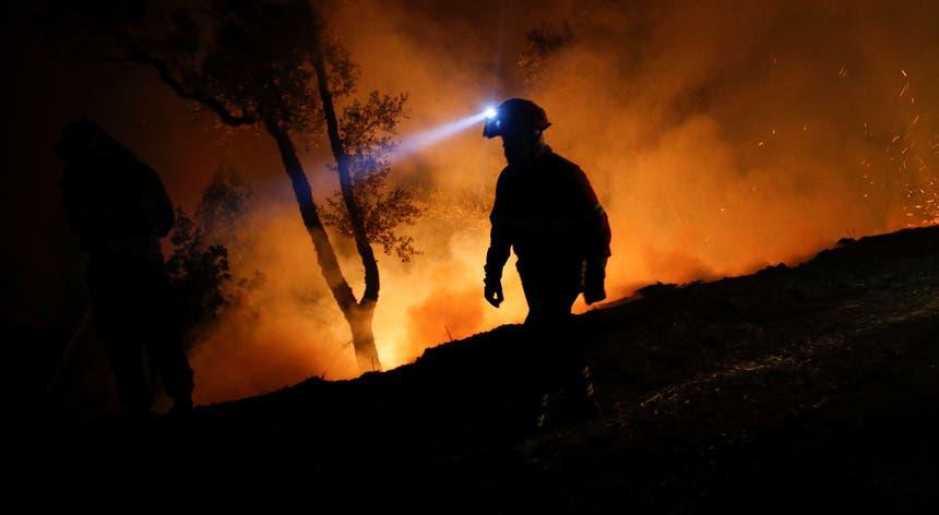 Bombeiro combate incêndio na Lousã, em 2017