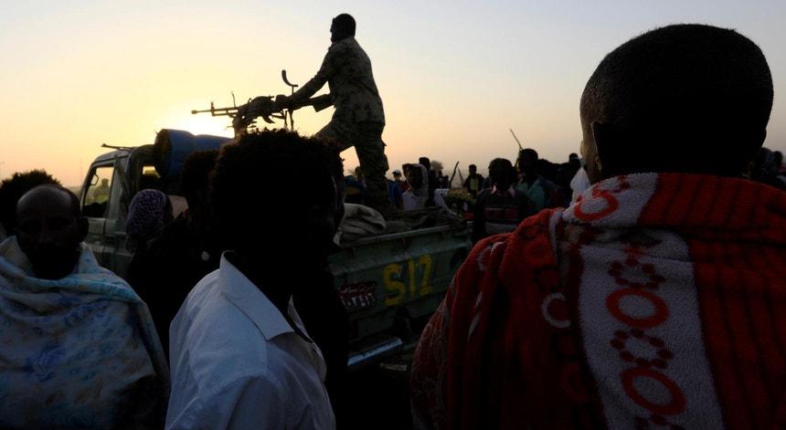 Patrulha sudanesa vigia o êxodo de milhares de etíopes em fuga da região de Tigray, em novembro de 2020