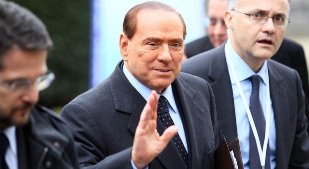 Berlusconi em março de 2012 à chegada a uma reunião do EPP em Bruxelas. O antigo primeiro-ministro italiano foi condenado pelo tribunal de Milão a quatro anos de prisão por fraude fiscal no caso Mediaset mas beneficiou de uma amnistia de três anos