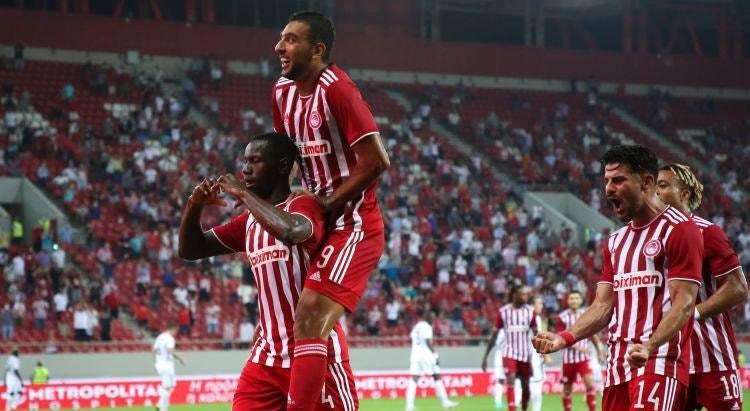 Os jogadores do Olympiacos festejam o golo que lhes deu a vitória frente à equipa do Azerbaijão