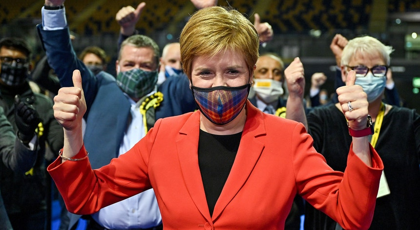 Nicola Sturgeon, primeira-ministra da Escócia, após ser declarada vencedora do seu círculo eleitoral de Glasgow Sothside em 7 de maio de 2021