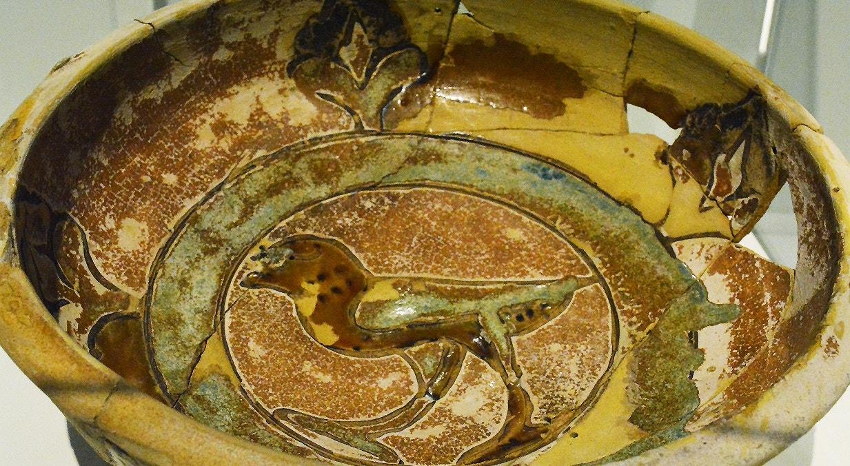 Taça cerâmica vidrada com decoração em corda seca. Período islâmico, Séc. XI-XII