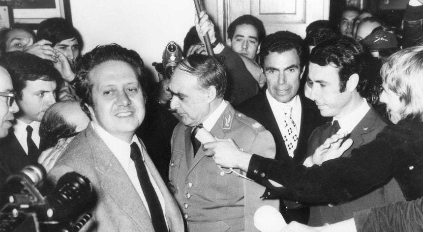Mário Soares, em Abril de 1974 (em segundo plano: Spínola, Galvão de Melo, Costa Martins)