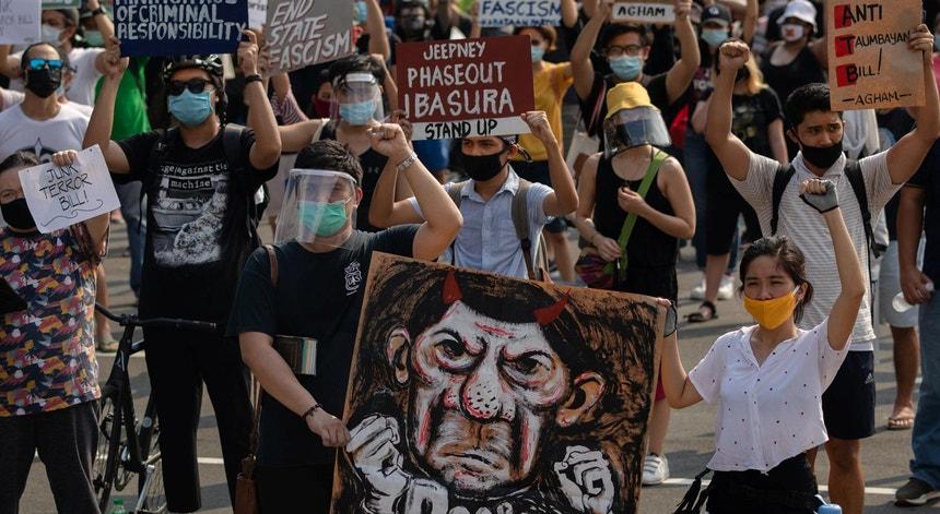 """Protestos na Cidade de Quezon, Manila, Filipinas, contra a """"Lei do Terror"""" a 4 de junho de 2020"""