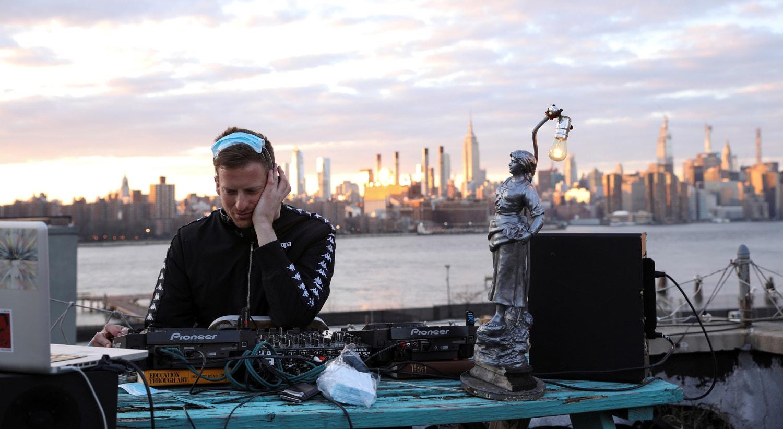 DJ e produtor de eventos Nash Petrovic transmite ao vivo um set no seu telhado em Brooklyn, nos Estados Unidos / Caitlin Ochs - Reuters