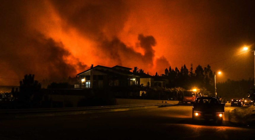Resultado de imagem para Vila de Monchique teve de ser evacuada. Chamas já atingiram casas