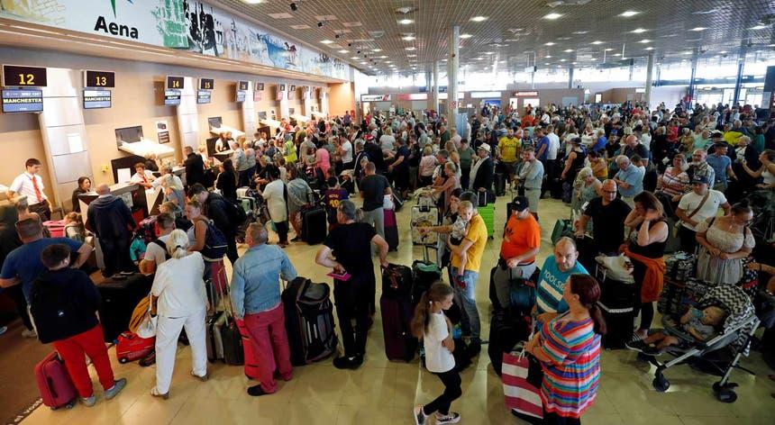 Milhares de turistas procuram solução para regressarem a casa