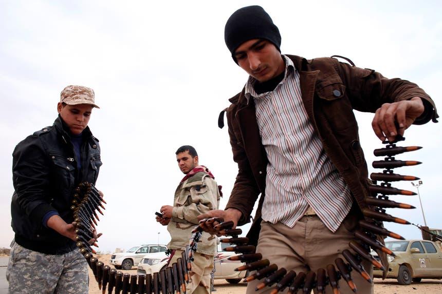 Rebeldes recebem munições em Misrata, Síria Foto: Reuters