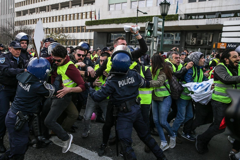 Tensão entre manifestantes e as forças policiais na Praça Marquês de Pombal /Tiago Petinga - Lusa
