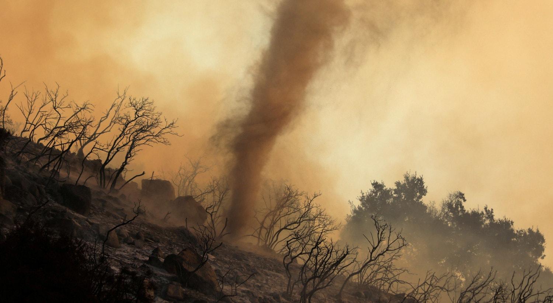 Um turbilhão de cinzas quentes e brasas move-se através de um incêndio nas colinas de Santa Bárbara na Califórnia, Estados Unidos. 26 de novembro de 2019 //David McNew - Reuters