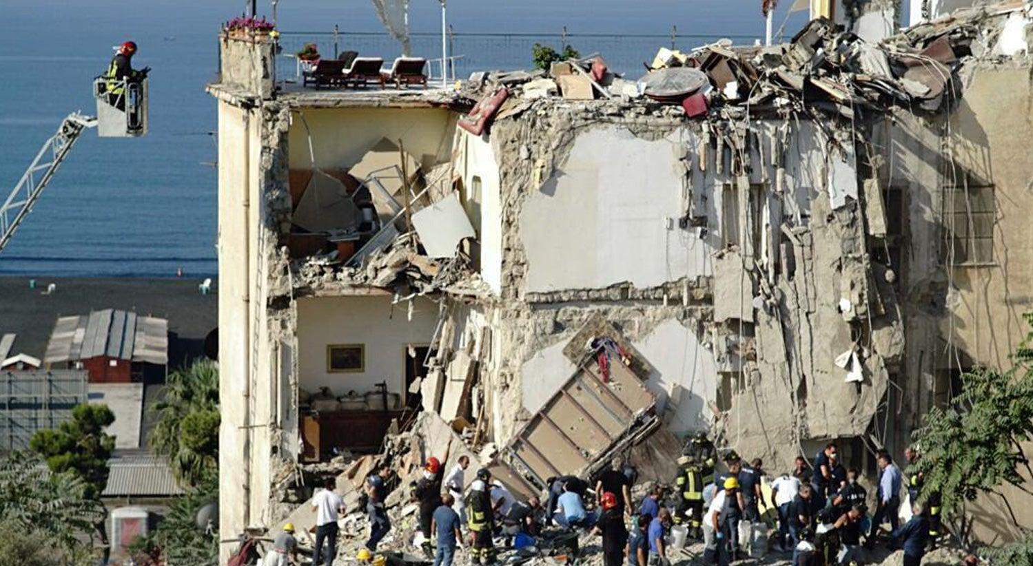 Resultado de imagem para Derrocada parcial de edifício em Itália, algumas pessoas podem estar presas nos escombros
