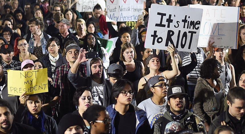 """""""Not my Presidente"""" gritam milhares de norte-americanos nas ruas horas depois da eleição de Donald Trump"""