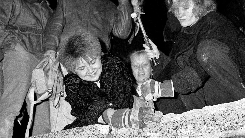 Berlinenses de martelo e cinzel. 9 de novembro de 1989 | Fabrizio Bensch - Reuters