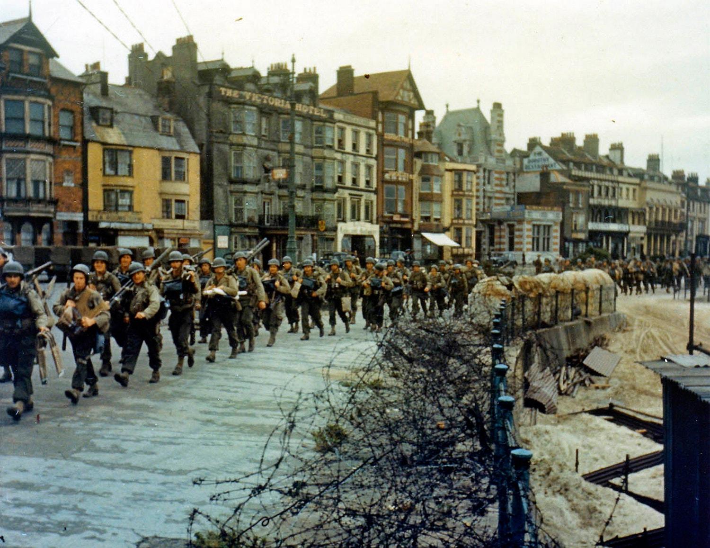 2º Batalhão dos Rangers americanos encarregados de capturar uma bateria pesada alemã em Pointe du Hoc /Reuters