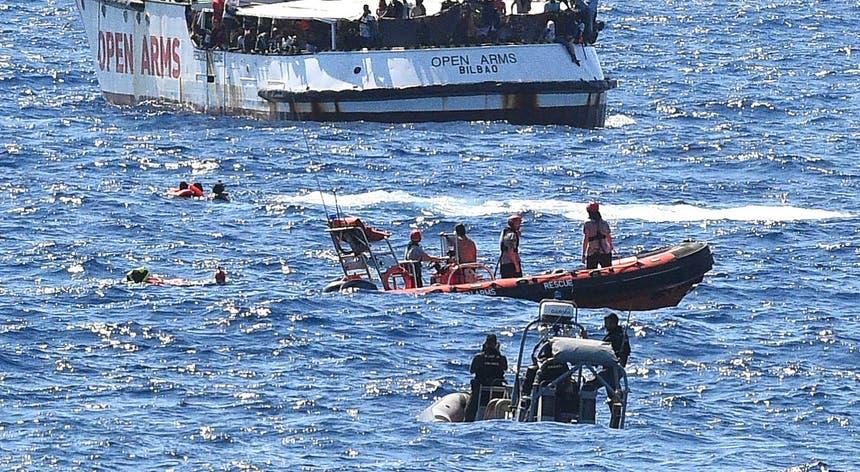 """Migrantes tentando nadar do navio """"Open Arms"""" para terra"""
